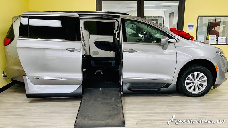 2017 Chrysler Pacifica undefined Wheelchair Van For Sale